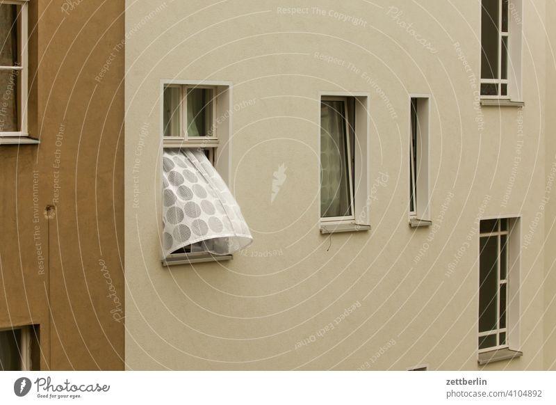 Gardine im Fenster gegenüber bei Durchzug altbau außen brandmauer durchzug fassade fenster gardine haus hinterhaus hinterhof innenhof innenstadt lüftung