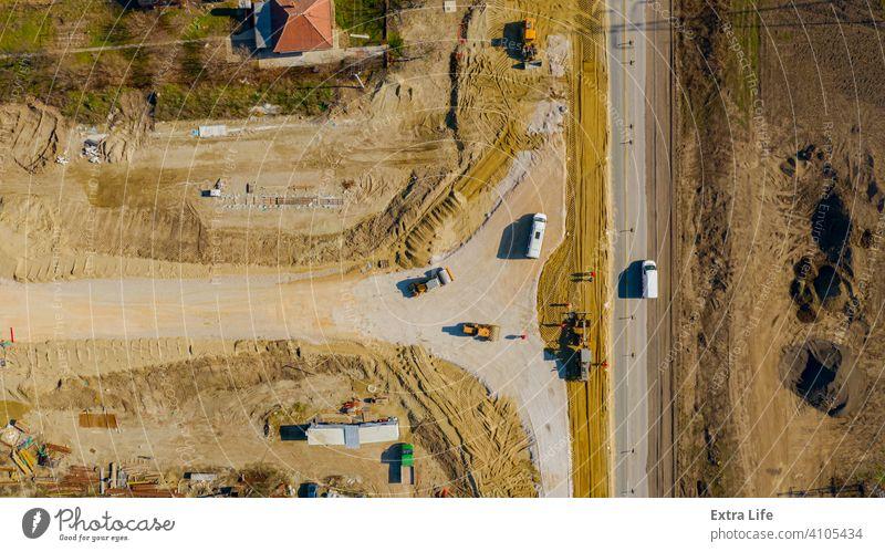 Luftaufnahme auf Grader beim Nivellieren von Sand über der Baustelle für den neuen Verkehrskreisel oben Antenne Ausrichten Ausrichtung Basis kreisen kreisrund