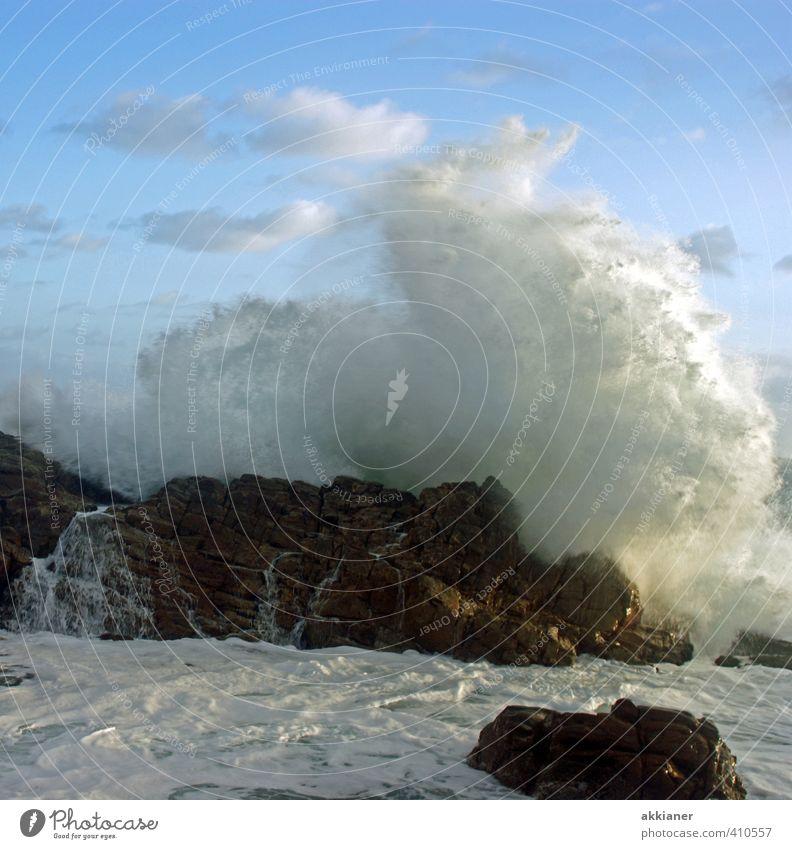 Naturgewalten Umwelt Urelemente Wasser Himmel Wolken Sommer Schönes Wetter Wärme Wellen Küste Bucht Riff Meer hell kalt nass natürlich stark Gischt Kraft