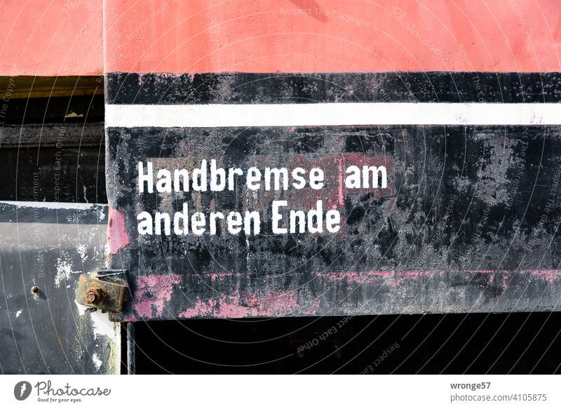 Empfehlung | Handbremse am anderen Ende Thementag Benutzung Eisenbahn Detail Schriftzug Hinweis Orientierung Schilder & Markierungen Hinweisschild Menschenleer