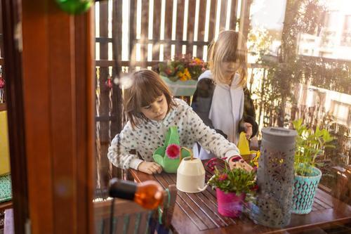Ostereiersuche auf einem Balkon Eier Eierjagd Osterjagd Haus im Innenbereich Familie heimwärts Menschen Glück Fröhlichkeit Kinder Mädchen wenig klein niedlich