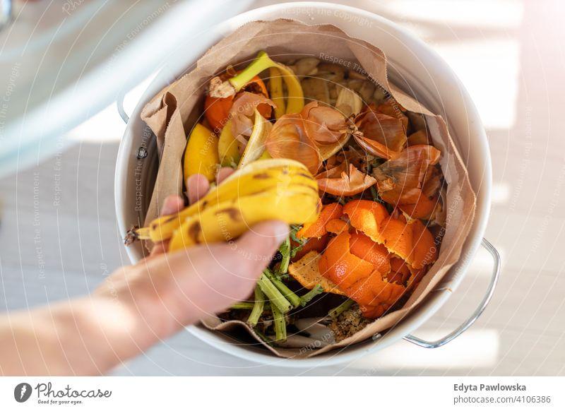Container mit Haushaltsabfällen, bereit für die Kompostierung Frucht Gemüse Reste Müll Lebensmittel Recycling wiederverwerten Speiserest verrottend