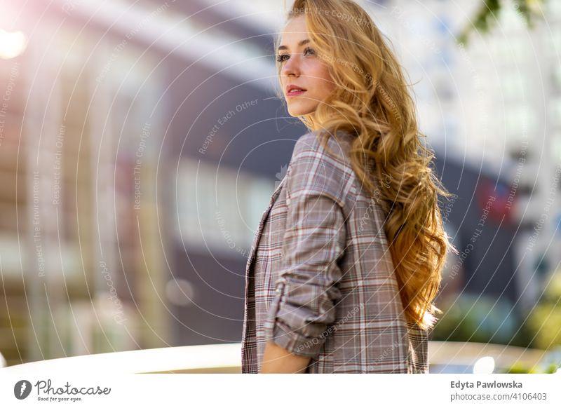 Porträt einer attraktiven jungen Frau im Freien Sommer Mädchen Menschen junger Erwachsener Lifestyle tausendjährig außerhalb schön positiv eine Person lässig