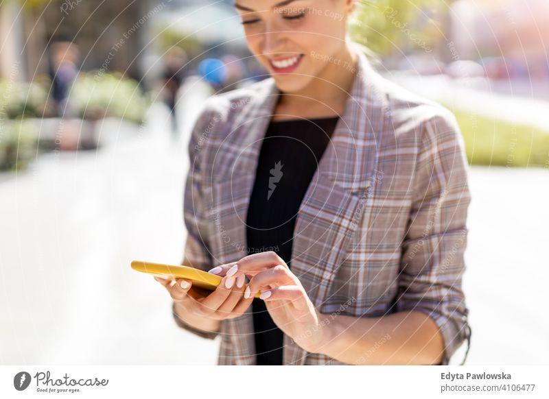 Attraktive junge Frau mit Smartphone in der Stadt Sommer Mädchen Menschen junger Erwachsener Lifestyle im Freien tausendjährig außerhalb attraktiv schön positiv