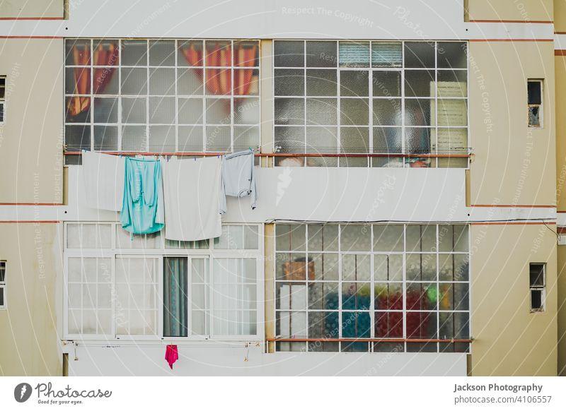 Alte und neue Fenster in einer etwas in die Jahre gekommenen Eigentumswohnung in Faro, Portugal Appartements flach Kondominium Algarve Detailaufnahme Muster