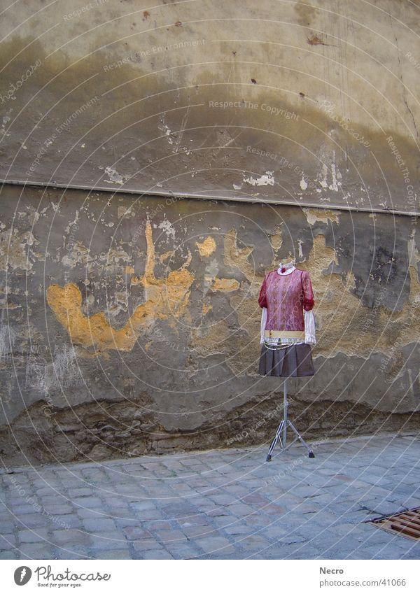 Kleiderständer in Prag Wand Stil Mode Bekleidung Industrie Dame Kleiderbügel