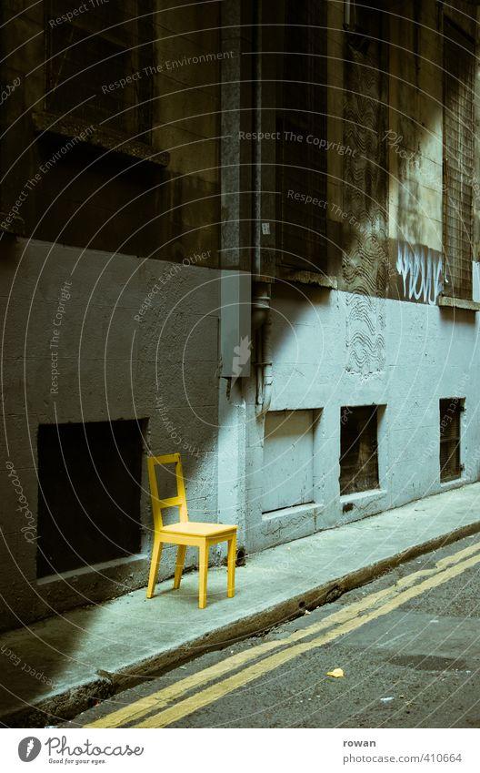 sitzgelegenheit 2 alt Stadt Einsamkeit ruhig gelb dunkel Straße Gebäude Beleuchtung Fassade dreckig sitzen gefährlich bedrohlich Stuhl Industriefotografie