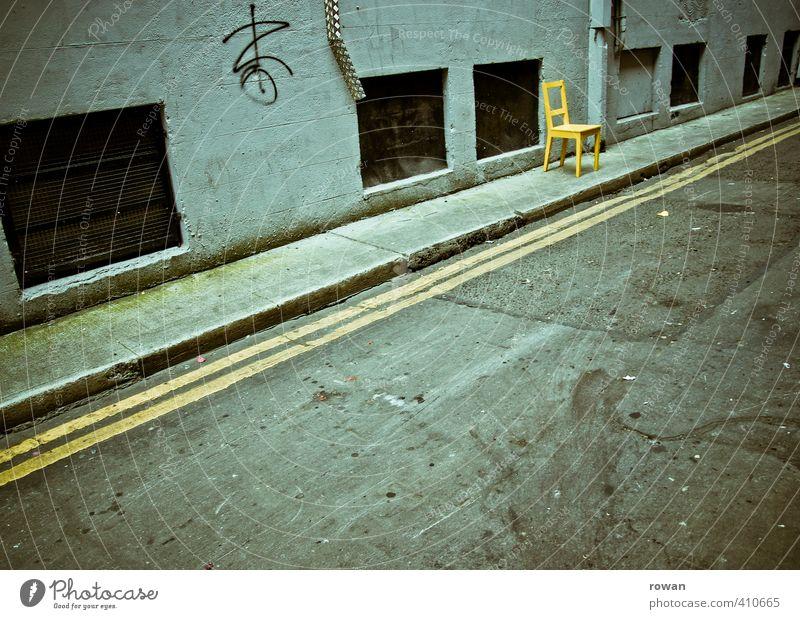 sitzgelegenheit Verkehr Verkehrswege Straßenverkehr Autofahren dunkel trist Stadt Stuhl gelb sitzen warten leer Fassade Ghetto Streifen Linie Einsamkeit