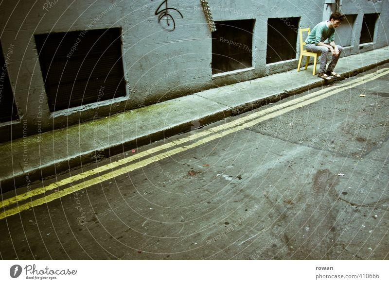 am rand Mensch maskulin Junger Mann Jugendliche Erwachsene 1 dunkel einzeln Einsamkeit Stuhl gelb sitzen Straße Bürgersteig Ausgrenzung Traurigkeit dreckig
