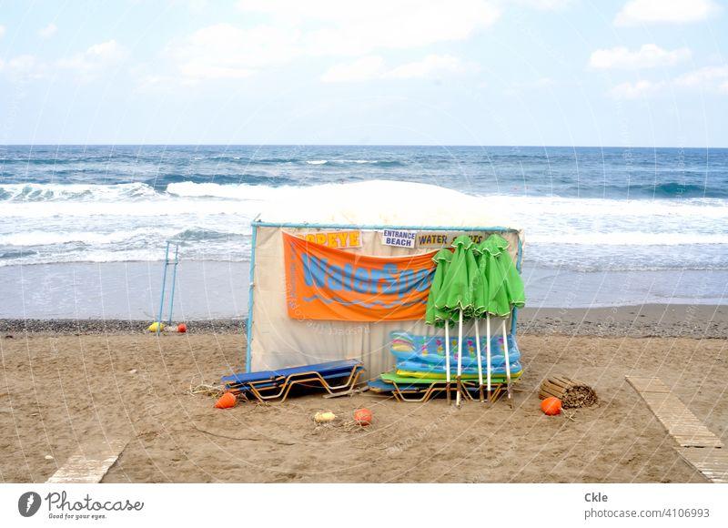 Warten auf Badegäste Strand Meer Sonnenschirme Liegestühle Sommer Himmel Erholung Außenaufnahme Menschenleer Farbfoto Tourismus Ferien & Urlaub & Reisen