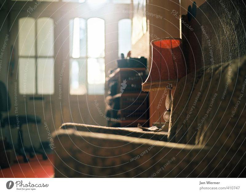 Zu Besuch Sonne ruhig Senior Frühling Innenarchitektur Lampe Wohnung Raum Tür Schönes Wetter 60 und älter Warmherzigkeit Studium retro Romantik Möbel