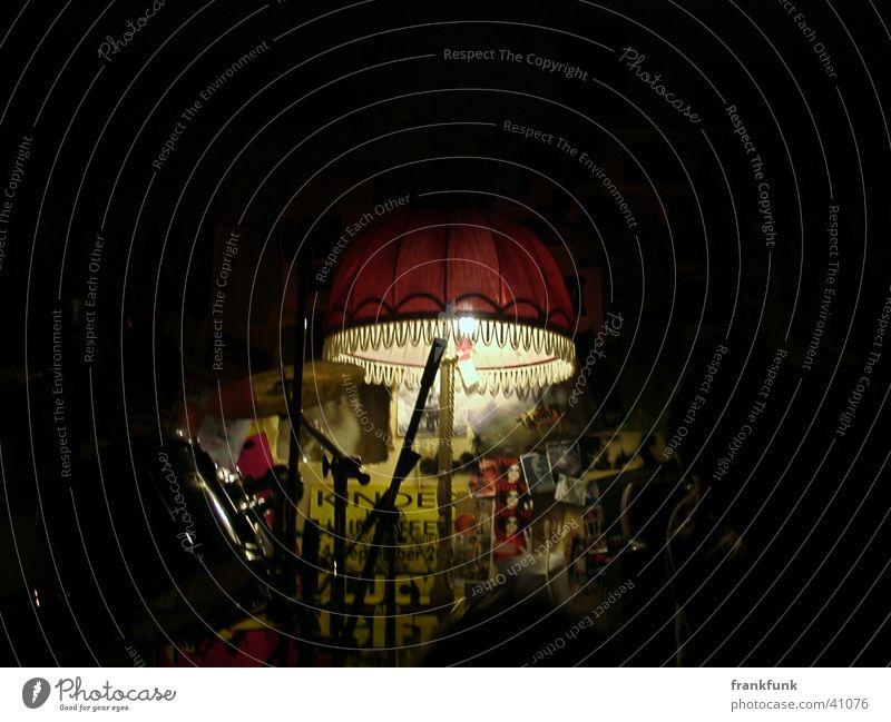 Stehlampe in Proberaum mit Schlagzeug Stil Lautsprecher Nacht Licht Fototechnik Coolness Musik