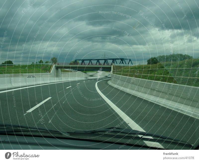 B30 und bewölkt Bundesstraße Windschutzscheibe Wolken Verkehr Brücke
