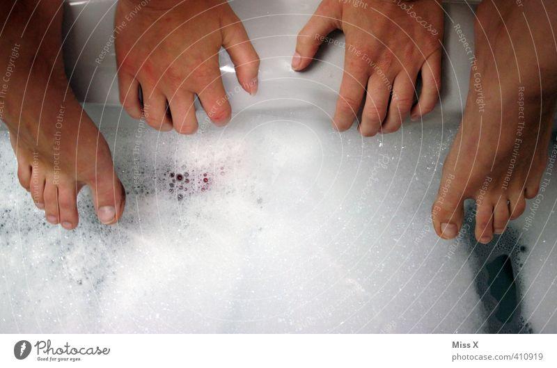 Samstag ist Waschtag schön Körperpflege Haut Schwimmen & Baden Mensch Hand Fuß 1 Wasser dreckig nass Sauberkeit Badewanne Schaumbad hüpfen Waschen Reinigen