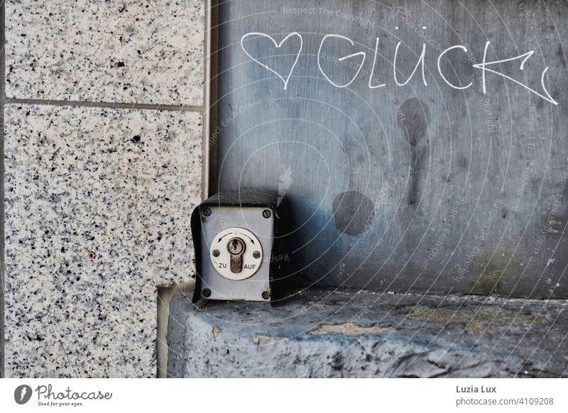 Das Glück, zum Öffnen und Schließen. Herz Schalter Wand Fassade grau auf auf und zu Sinnbild zum Nachdenken Symbol Flecken Stadt urban Träumerei