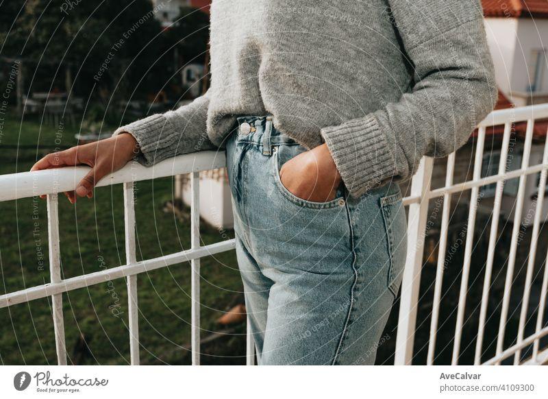 Nahaufnahme einer Frau trägt Mama Jeans mit Kopie Raum während eines hellen Tages, Mode und Styling-Konzept Person älter Ruhestand Senior Lächeln gealtert Glück