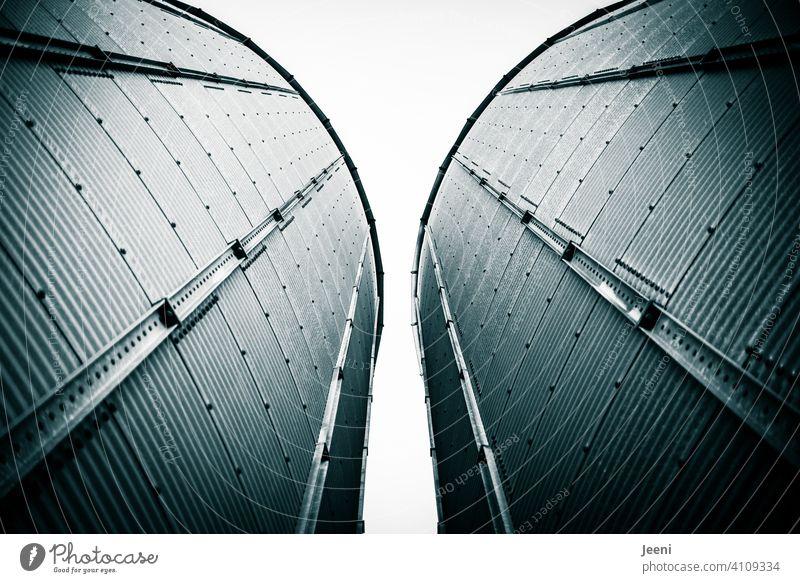 Zwei Silos für die Einlagerung von Getreide an einer Hafenanlage Getreidesilo Behälter u. Gefäße Dose Zylinder Türme Turm Getreideernte Getreideprodukte
