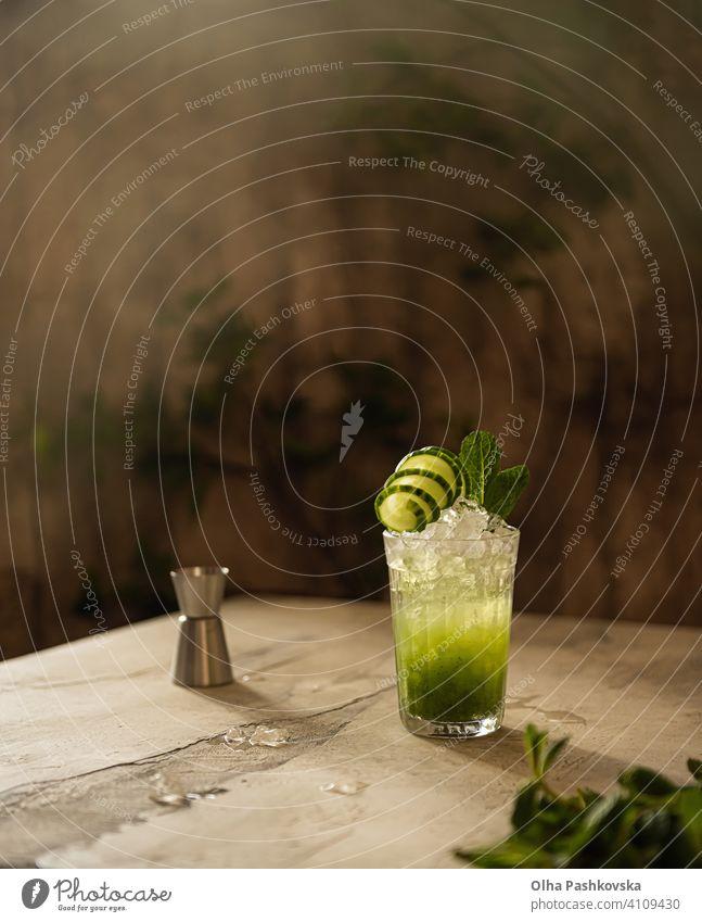 Stilleben mit Gurkendrink mit Eis und Minze grün Scheibe organisch erfrischend selbstgemacht Diät Bar Blatt Salatgurke Farbe Antioxidans Veganer Ernährung