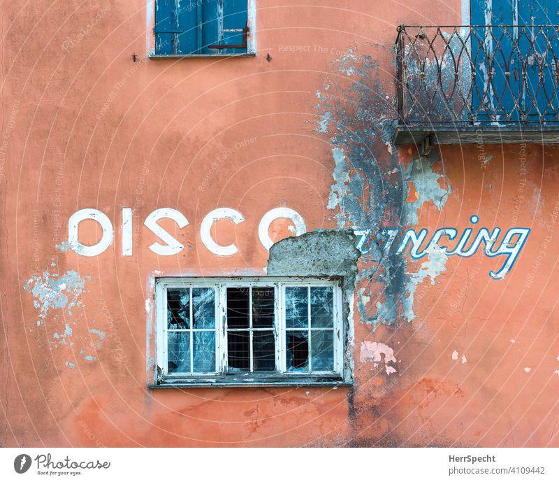 Tanzverbot - geschlossene Disco Text Englisch Typographie Hintergrund neutral Kommunikation Kommunizieren Sprache trashig abgerissen Schriftzeichen Buchstaben