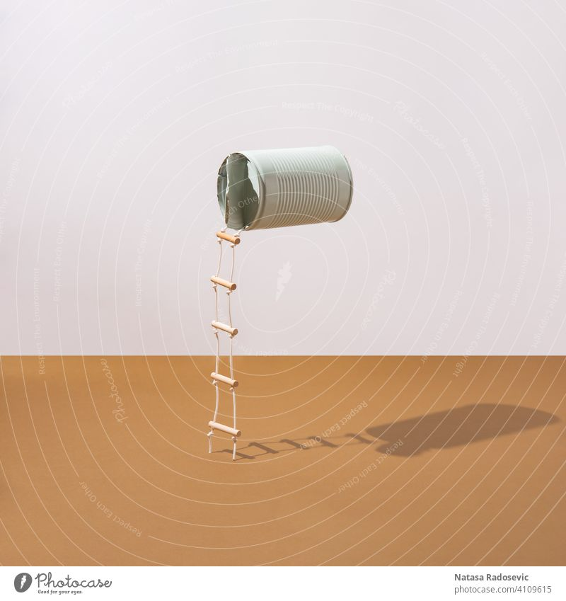 Pastellblaue Dose mit angebrachten Leitern. Minimalistisches Konzept. Quadrat abstrakt Ästhetik Kunst beigefügt Hintergrund Bohne hell braun Schaumblase