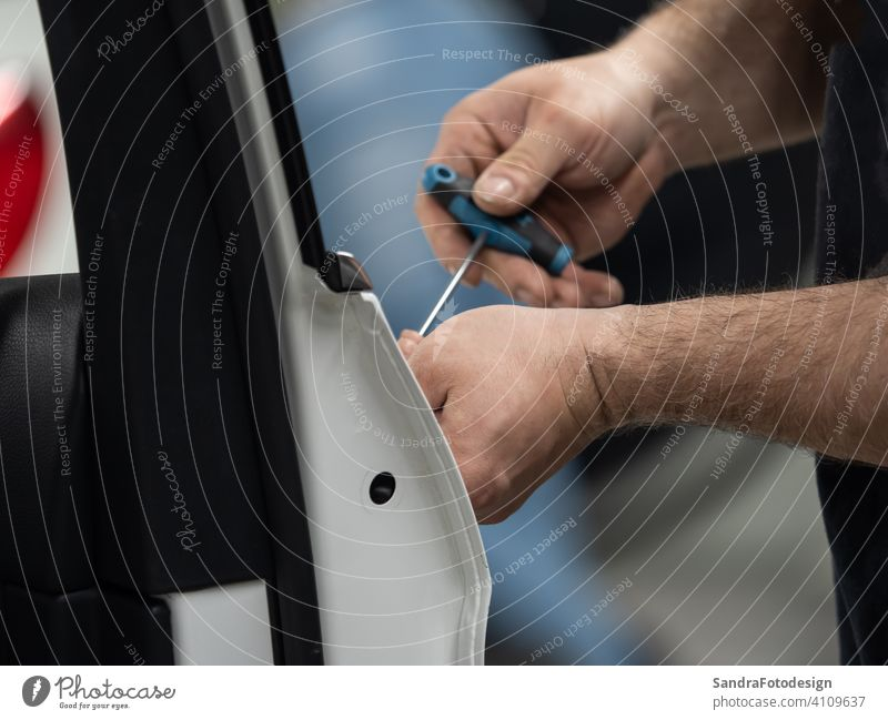 Beulen im Auto reparieren im Innenbereich Unfall Automobil Körper Karosseriebau Panne PKW Karriere Wandel & Veränderung Maschinenbau Gerät fixieren Garage