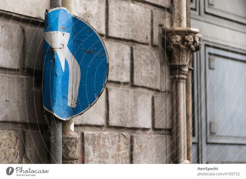 Verbogenes Abbiegen-Schild Verkehrszeichen Schilder & Markierungen Verkehrsschild Straßenverkehr Menschenleer Farbfoto Pfeil beschädigt Autofahren autoverkehr