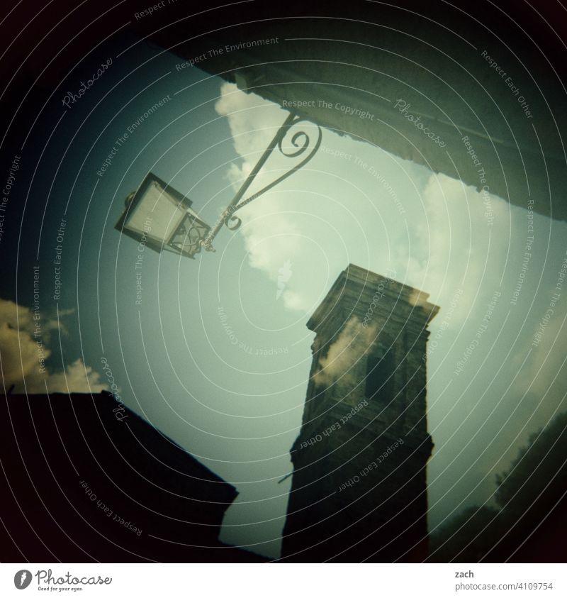 Ecken und Kanten analog Doppelbelichtung Scan Stadt Lomografie Dia Experiment Wohnhaus Fassade Architektur Stadtteil Stadtrand Haus Holga Altstadt Turm Laterne