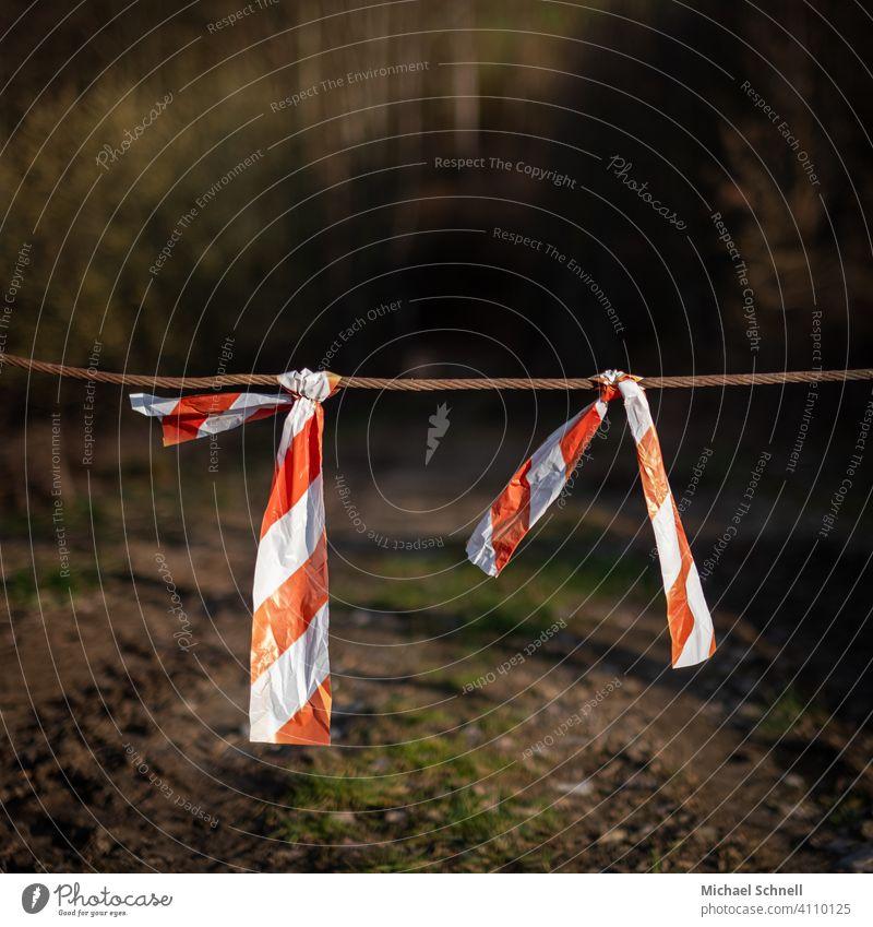 Absperrung Absperrband absperren Durchfahrtsverbot Durchfahrt verboten gesperrt rot-weiß Waldweg Durchfahrt gesperrt Sicherheit abgesperrt Außenaufnahme
