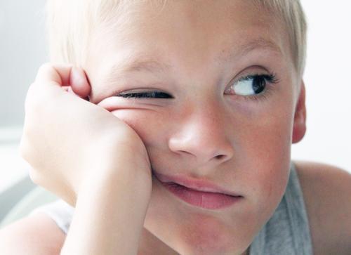 Augenblick maskulin Junge 1 Mensch 3-8 Jahre Kind Kindheit blond frech braun grau weiß Coolness Interesse Langeweile Farbfoto Zwinkern
