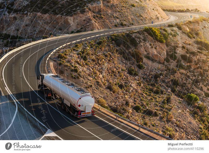 Kraftstofftankwagen auf einer Bergstraße am Meer. Kamionzisterne mercancias peligrosas suministro brennbar gefährlich montaña Curvas adr entflammbar