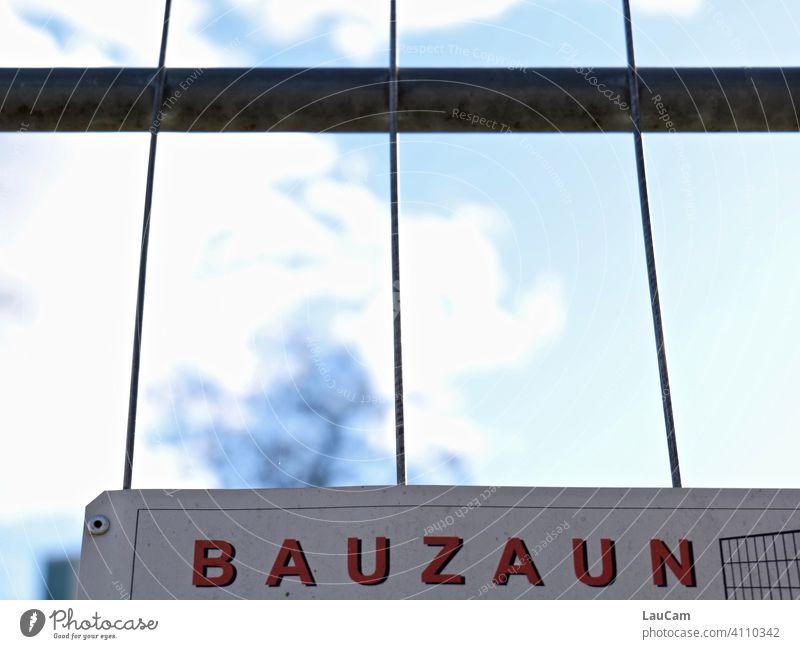 Bauzaun-Schild an einem Bauzaun vor Himmelblau mit Wolken und Baum Zaun Zaunlücke Baustelle Schilder & Markierungen Absperrung Schutz Barriere Gitter Metallzaun