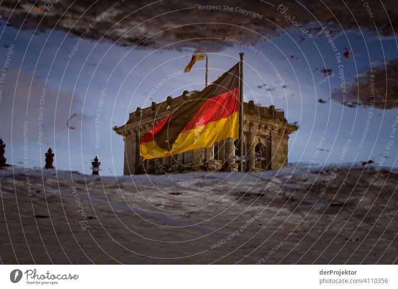 Reichstag in der Reflektion einer Pfütze IV Zentralperspektive Reflexion & Spiegelung Schatten Textfreiraum oben Dämmerung Kunstlicht Licht Textfreiraum rechts