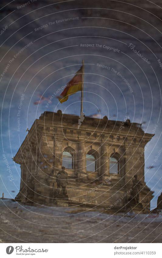 Reichstag in der Reflektion einer Pfütze III Zentralperspektive Reflexion & Spiegelung Schatten Textfreiraum oben Dämmerung Kunstlicht Licht Textfreiraum rechts