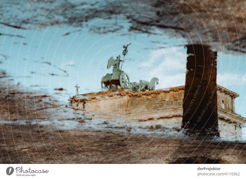 Brandenburger Tor in der Reflektion einer Pfütze X Zentralperspektive Reflexion & Spiegelung Schatten Textfreiraum oben Dämmerung Kunstlicht Licht