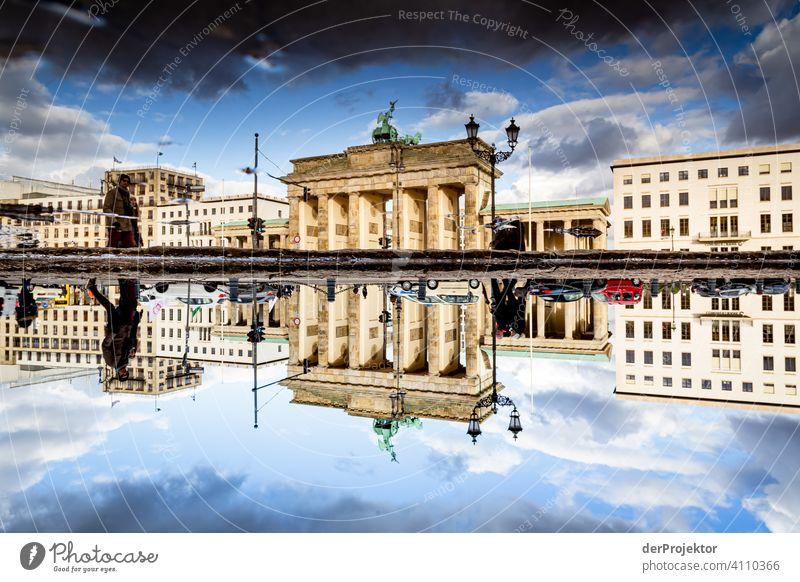 Brandenburger Tor in der Reflektion einer Pfütze IX Zentralperspektive Reflexion & Spiegelung Schatten Textfreiraum oben Dämmerung Kunstlicht Licht