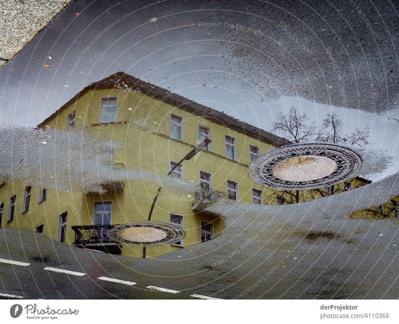 Neukölln in der Reflektion einer Pfütze Zentralperspektive Reflexion & Spiegelung Schatten Textfreiraum oben Dämmerung Kunstlicht Licht Textfreiraum rechts