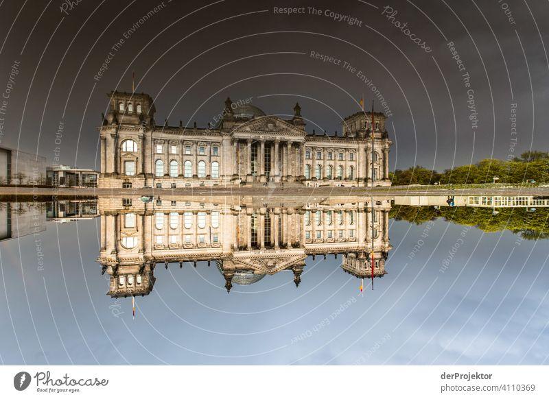 Reichstag in der Reflektion einer Pfütze II Zentralperspektive Reflexion & Spiegelung Schatten Textfreiraum oben Dämmerung Kunstlicht Licht Textfreiraum rechts