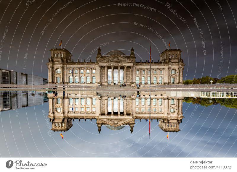 Reichstag in der Reflektion einer Pfütze I Zentralperspektive Reflexion & Spiegelung Schatten Textfreiraum oben Dämmerung Kunstlicht Licht Textfreiraum rechts