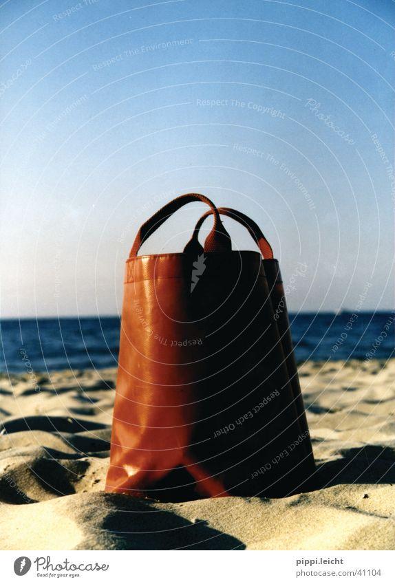 die rote tasche Tasche Strand Meer Fototechnik Sonne