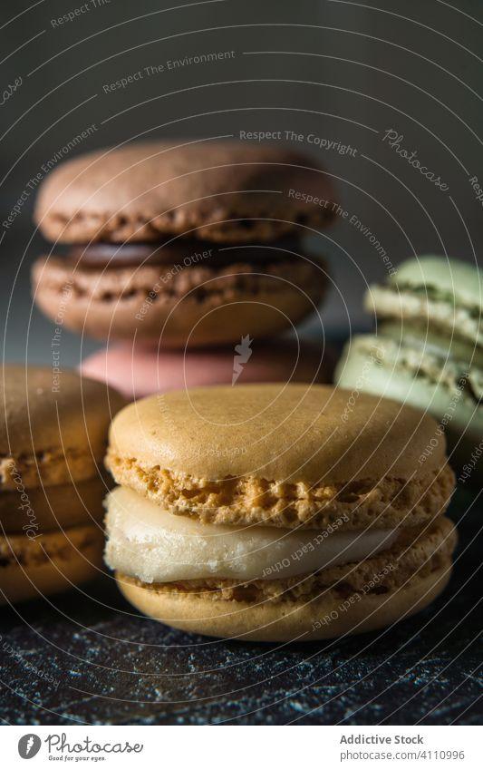 Frische knusprige Makronen auf dem Tisch Dessert farbenfroh Snack Lebensmittel Wand Biskuit süß Feinschmecker sortiert Gebäck Konfekt traditionell lecker