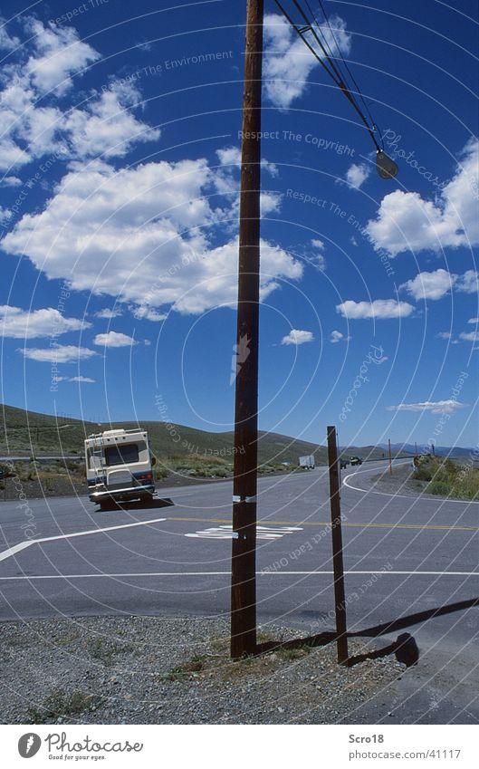Schräglage Himmel Wolken Freiheit Landschaft Asphalt Straßenbeleuchtung Straßenkreuzung Wohnmobil Laternenpfahl Landstraße British Columbia