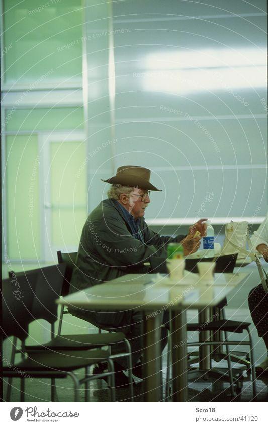 Airport Cowboy Mensch Einsamkeit Senior Traurigkeit warten Ernährung Hut Männlicher Senior Flughafen Seniorenpflege Seniorenheim