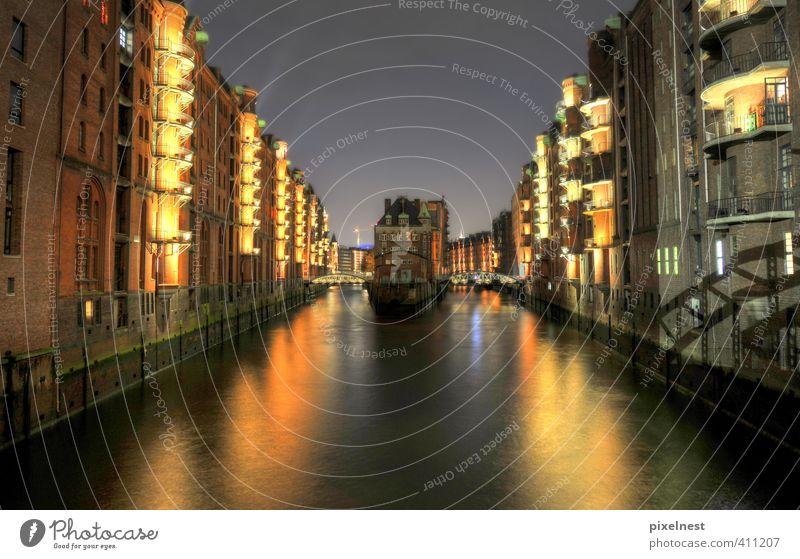 Speicherstadt Ferien & Urlaub & Reisen Wasser Haus gelb dunkel Küste Architektur Beleuchtung Lampe Fassade groß Hamburg Brücke Hafen historisch erleuchten