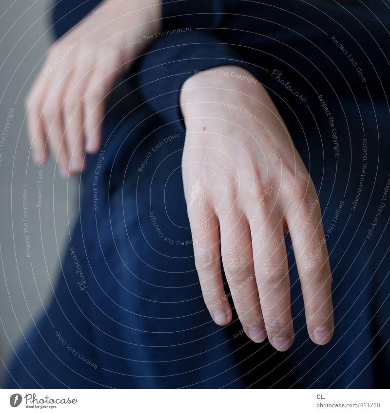 entspannt Mensch feminin Frau Erwachsene Hand Finger 1 30-45 Jahre Mode Jeanshose Pullover Erholung hocken sitzen ästhetisch einfach natürlich blau