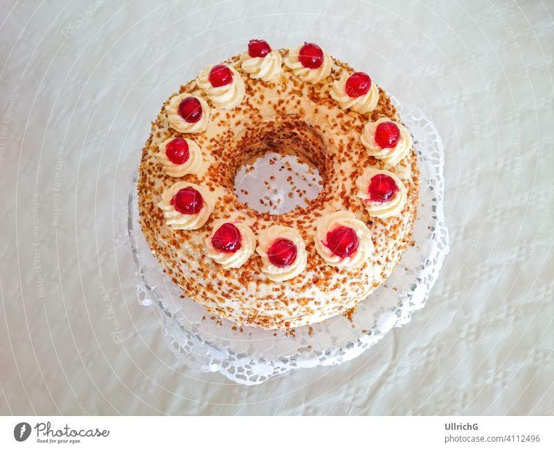 Ein ganzer Frankfurter Kranz Gnothimage gebacken Bäckerei Geburtstag Geburtstagskuchen Buttercreme Café Kuchen Feier Kreis kreisförmig Kaffee und Kuchen