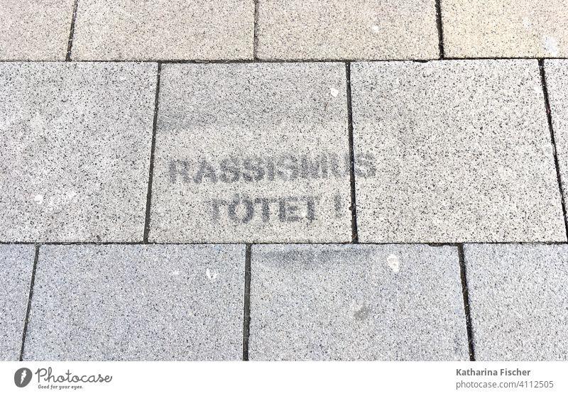 Rassismus tötet! Straße Asphalt Spruch Graffiti Schriftzeichen Außenaufnahme Menschenleer Tag Buchstaben Wort Mauer Typographie Text Aussage Geschichte Hass