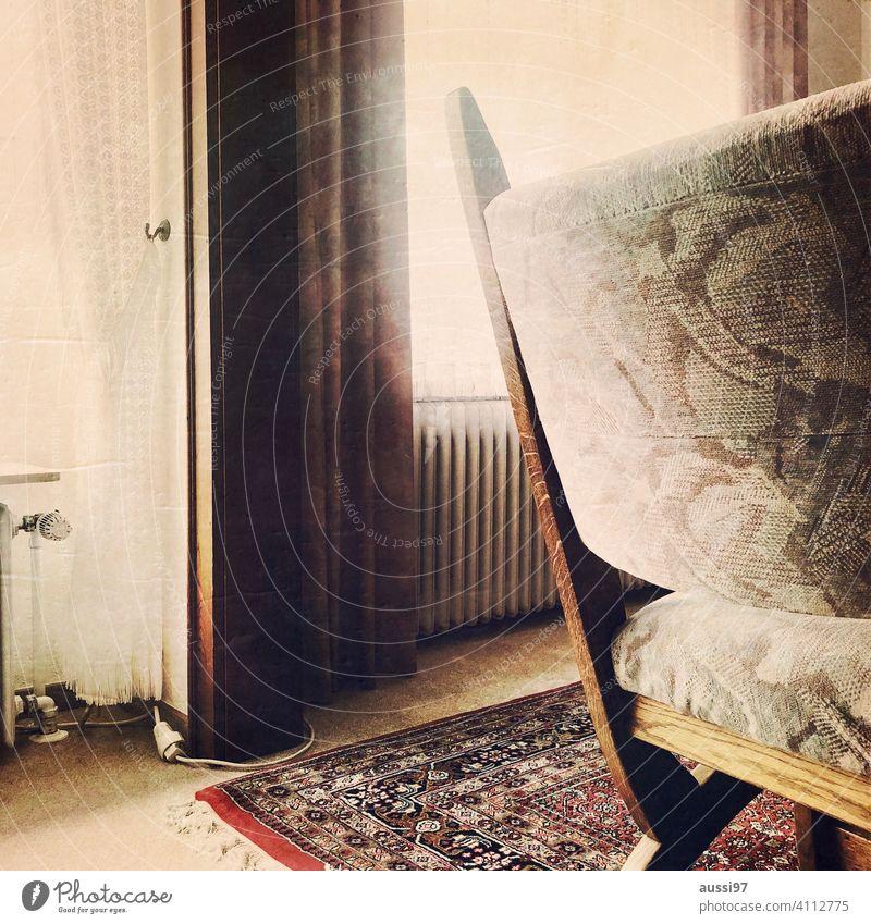 Szenen des Wohnens 2 Teppich wohnen leben Eichenmöbel Läufer Häusliches Leben Menschenleer Haus Einsamkeit Einrichtung Stuhl Heizkörper Fenster Gardine