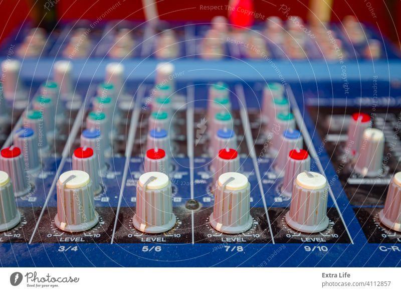 Professionelles Audio-Tonmischpult, Tafel Einsteller Einstellung Verstärker Bass Holzplatte Rundfunksendung Schaltfläche Kabel Anschluss Zwischenstück Konsole