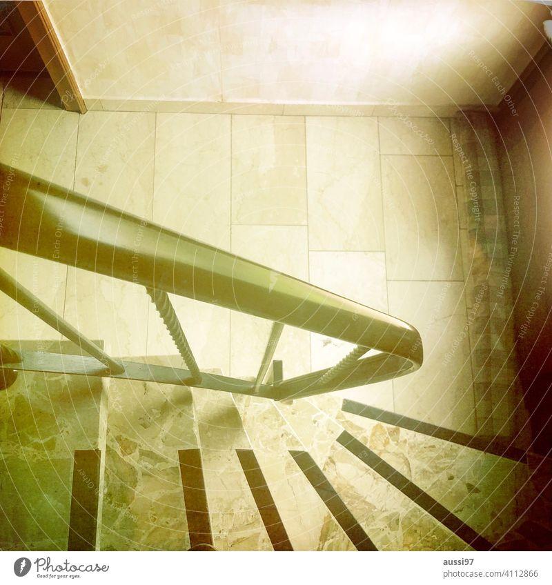 Szenen des Wohnens 8 wohnen leben Läufer Häusliches Leben Menschenleer Haus Einsamkeit Einrichtung Treppe Wohnung Stufen Geländer Treppengeländer Abstieg