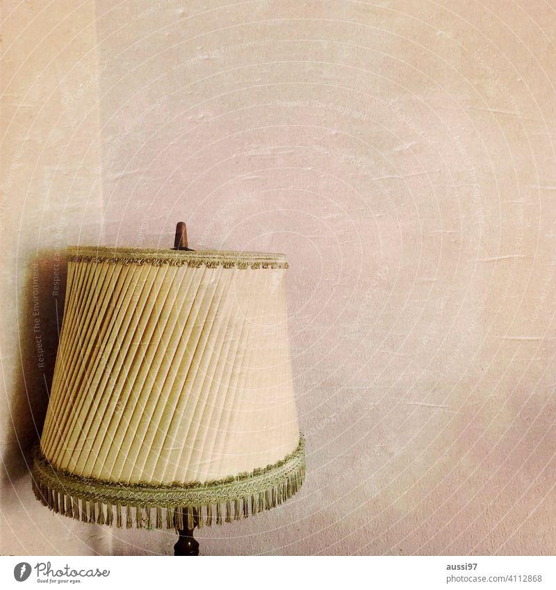Szenen des Wohnens 6 wohnen leben Eichenmöbel Häusliches Leben Menschenleer Haus Einsamkeit Einrichtung Lampe lampenschirm Innenaufnahme Wand Lampenschirm Licht
